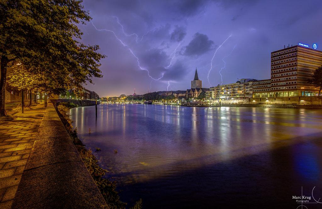 Blitze über der Weser